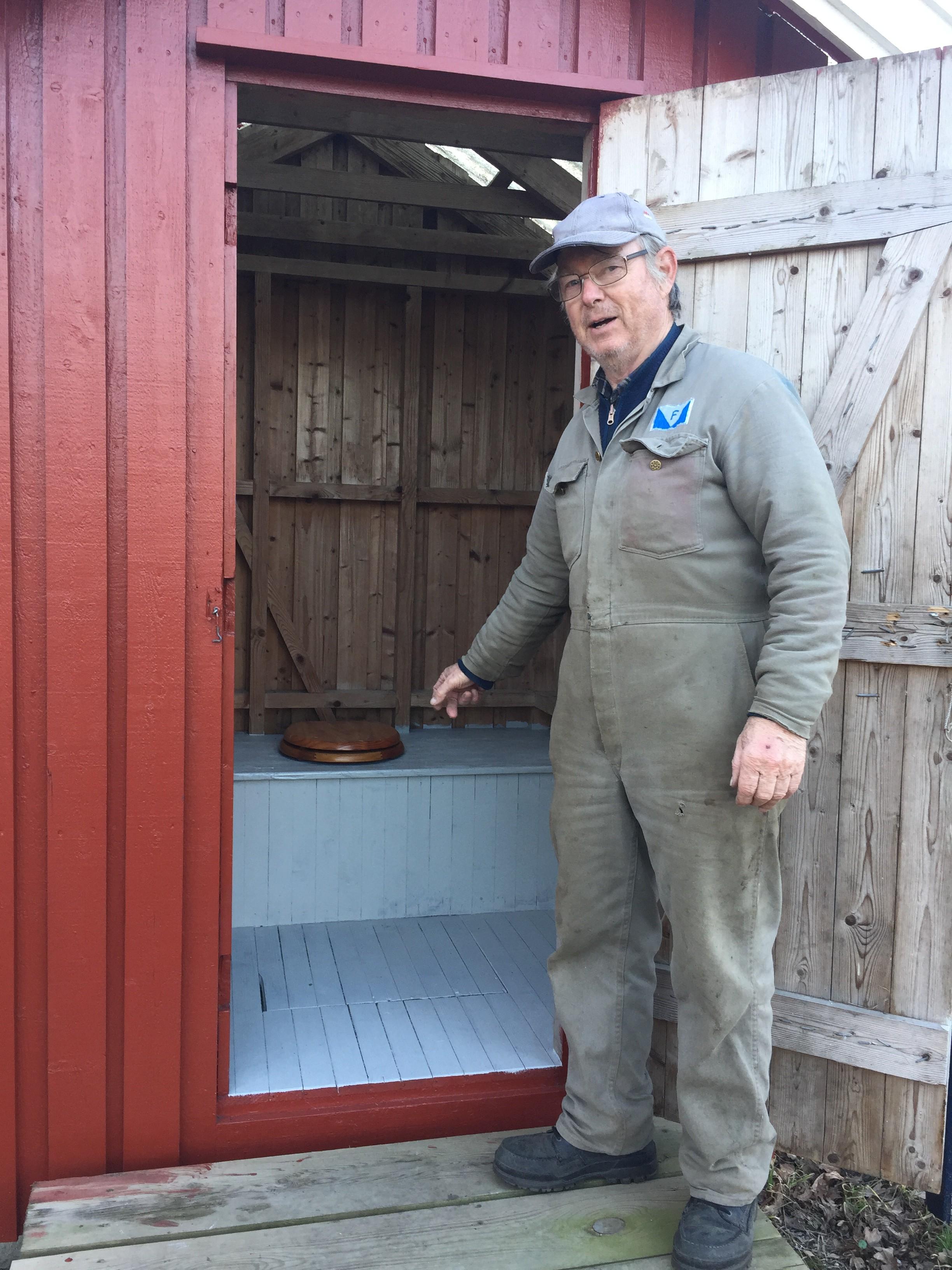 Bjørn Sunde med nymalt utedo.