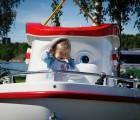 Denne vesle jenta likte seg godt i Elias-båten
