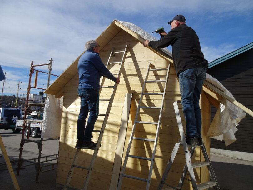 """Det er vår i lufta, for disse karene ser arbeidet med """"Semi-huset"""" ut til å gå som en lek."""
