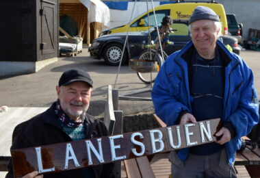 – Åge har pusset opp navneskiltet til Lanesbuen og det ble så fint at vi først må male og lakke litt på båten før skiltet settes på.
